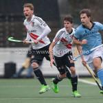 06-03-2016: Hockey: Amsterdam v HGC: Amsterdam (L-R) Robert Tigges (Amsterdam), Johannes Mooij (Amsterdam), Tristan Algera (HGC) Hoofdklasse Heren 2015 / 2016